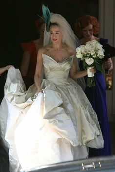 Carrie Bradshaw in the Vivianne Westwood wedding gown Carrie Bradshaw Wedding Dress, Carrie Bradshaw Outfits, Carrie Bradshaw Style, Celebrity Wedding Photos, Celebrity Weddings, Runway Fashion Outfits, Sarah Jessica Parker Lovely, Bridal Dresses, Wedding Gowns