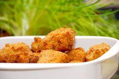 Se den bedste opskrift på kyllingenuggets i ovn, der giver dig meget sprøde nuggets af det bedste kyllingekød. Paneret i rasp. Kyllingenuggets serveres med fritter og en god salat.  Her er min bedste opskrift på kyllingenuggets Snack Recipes, Cooking Recipes, Easy Recipes, Actifry, Lunch Snacks, Tapas, Cauliflower, Easy Meals, Muffin