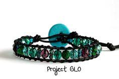 Handmade Leather Turquoise Glass Beads Wrap Bracelet Braccialetto fatto a mano da avvolgere al polso Mezzi Cristalli Vetro Turchese Ametista di ProjectGLO su Etsy