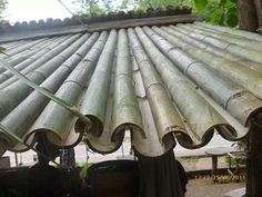 Bamboo roofing - Great if I'm ever on Survivor! Bamboo roofing - Great if I'm ever on S Bamboo Roof, Bamboo Art, Bamboo Crafts, Bamboo Ideas, Bamboo Building, Natural Building, Bamboo House Design, Bamboo Structure, Bamboo Construction