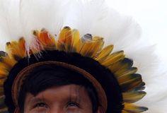Povos nativos do Brasil. Bonito cocar feito com penas de aves.