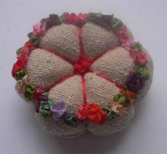 Artesanato e Cia: Alfineteiro diferente....Com flores de fita.