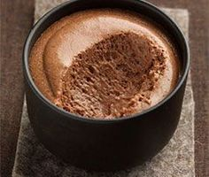 A quick chocolate mousse and very easy to make for your happiness and the happiness of the whole family, it is a recipe from the French pastry master Christophe Felder. Sweet Recipes, Dog Food Recipes, Dessert Recipes, Cooking Recipes, Mousse Dessert, Creme Dessert, Mousse Cake, Just Desserts, Delicious Desserts