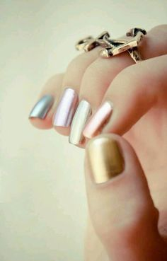 Esmaltes cromados coloridos da Essie.