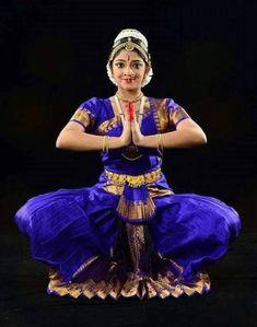 Folk Dance, Dance Art, Cultural Dance, Ballerina Costume, Costumes Around The World, Indian Classical Dance, Dance Paintings, India Art, Dance Poses