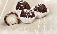Chocolate Coconut Balls are one of our favorite no-bake holiday treats. A sweet, moist, coconut center, covered in a chocolate coating. Chocolate Coating, Dark Chocolate Chips, Healthy Chocolate, Chocolate Recipes, Coconut Bites Recipe, Coconut Balls, Coconut Cream, Coconut Oil, Chocolates