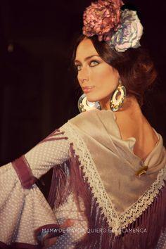 Elegancia. Ya me gustaría a mí lucir así con esas dos flores en la cabeza. Lola Alcocer (Miss Sevilla 2001) en Pitusa Gasul. We Love Flamenco 2014