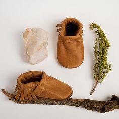 Sternenhimmel Ritter Design schaffen einzigartige Soft-Sohlen Lederschuhe und Moccs seit 2008, für kleine Babys bis zu große Kinder. 100 + fun, hell farbigen Designs und Mokassins für jede Frisur. Aus neuen Leder, lebendige benutzerdefinierte gefärbten Wildleder und erneut bestimmungsgemässen Leder hergestellt. Eingenähte elastische sichert der Schuhe zu halten auf Ekelige Füßen ohne restriktive. Unterseite der Schuhe-Leder mit der rauhen Seite hilft aus sie rutschfeste zu halten…