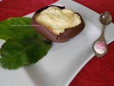 Dessert di ricotta e agrumi nel contenitore di cioccolata