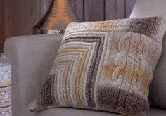 Erilaisia neulepintoja ja liukuvärjättyä lankaa yhdistämällä saat näyttävän tyynyn.