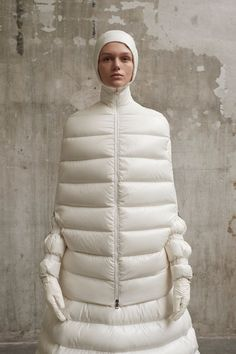The complete Moncler 1 Pierpaolo Piccioli Fall 2018 Ready-to-Wear fashion show now on Vogue Runway. Ski Fashion, Runway Fashion, Winter Fashion, Fashion Show, Womens Fashion, Fashion Design, Milan Fashion, Moncler, Apres Ski Party