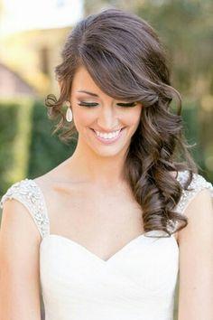 Wunderschöne, schlichte Frisur für die Braut mit Locken und die Haare seitlich getragen