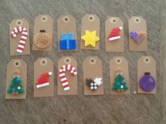 perler til / fra-kort, Noel Christmas, Christmas Gift Tags, Hama Mini, Mini Hama Beads, Christmas Perler Beads, Diy And Crafts, Christmas Crafts, Pearler Bead Patterns, Perler Bead Art