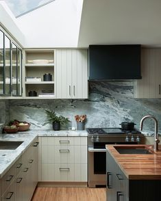 We tapped interior designer Lori Gilder to share some of the best kitchen colors, cabinets, and hardware options that pair best together. Kitchen Pulls, New Kitchen, Kitchen Decor, Kitchen Ideas, Best Kitchen Colors, Best Kitchen Designs, Bright Kitchens, Cool Kitchens, Countertop Materials