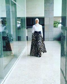 Inspirasi dari bunda oki asokawati Muslim Fashion, Hijab Fashion, Fashion Outfits, Womens Fashion, Hijab Style Dress, Batik Fashion, Batik Dress, Evening Dresses, High Waisted Skirt