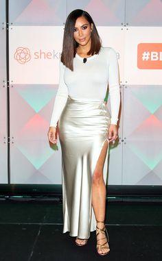 Belle en crème de Fashion Police  Kim Kardashian opte pour une tenue monochromatique à la conférence #BlogHer16 dans un tricot en laine ivoire aux manches longues complétant sa jupe en satin de coton Nili Lotan à fente sur le côté. C'est un ensemble classe et sophistiqué, surtout avec la coiffure chic.