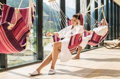 """""""Abhängen"""" im Panoramaruheraum und den Bergblick genießen Design Hotel, Resorts, Sky Pool, Das Hotel, Workshop, Cover Up, Yoga, Vacation, Beauty"""