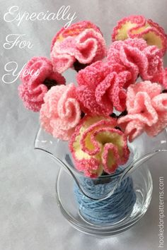 Free flower crochet pattern - Make these beautiful Carnations, a crafts idea ideal for mothers day or for brightening your living room. #Flowers #Summer #Crochet Modern Crochet Patterns, Crochet Flower Patterns, Crochet Patterns For Beginners, Crochet Flowers, Crochet Ideas, Crochet Home Decor, Crochet Crafts, Crochet Projects, Crochet Leg Warmers