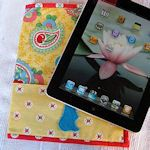 iPad slip cover with wrap around pocket tutorial - How to make. The magnet system on the new iPad has been slightly changed, which results in many Smart Covers and similar cases not to work, so measure and make your own. Kindle Cover, Tablet Cover, Laptop Covers, Ipad Covers, Sewing Tutorials, Sewing Crafts, Sewing Projects, Sewing Patterns, Sewing Ideas