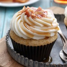 Moist cinnamon-maple French toast cupcakes with maple cream cheese frosting and bacon crumbles