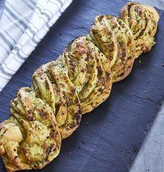 Lav et smukt fletbrød med masser af skøn pesto-smag.