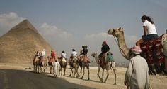 Pasa la aventura de medio dia paseando en camello por el desierto de las piramides de Egipto de 4 horas ala puesta o salida del sol y explora el antiguo Egipto