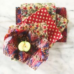 DIY Beeswax Wraps – Jake + Maya [Kids] Journal - Health and wellness: What comes naturally Bees Wax Wrap Diy, Diy Beeswax Wrap, Bees Wax Wraps, Home Made Wax, Kitchen Wrap, Sewing Crafts, Diy Crafts, Use Of Plastic, Fabric Scraps