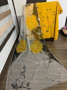 Fabric Painting On Clothes, Painted Clothes, Silk Painting, Fabric Art, Saree Painting Designs, Fabric Paint Designs, Hand Painted Dress, Hand Painted Fabric, Diy Fashion