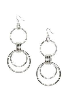 Pendientes largos de metal formados por varios anillos entrelazados. Largo 12,5 cm.