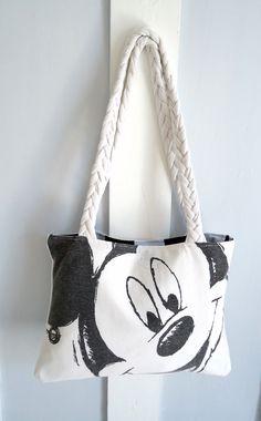Recyclez vos vieux et ennuyeux t-shirts que vous ne portez plus ! Réalisez un nouveau sac facilement et sans dépenser d'argent. Le sac est vraiment génial et vous permettra de ne pas devoir mettre tous ces vieux t-shirts à la poubelle. Le sac en tissu recyclé – Matériel : trois t-shirts tissu calicot une paire de ciseaux du fil à coudre un fer à repasser une machine à coudre une …