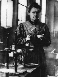 mini.press: Ιστορία-1867 Γεννιέται η Μαρία Κιουρί στην Πολωνία, φυσικοχημικός, η οποία ανακάλυψε μαζί με τον σύζυγό της Πιερ Κιουρί το ράδιο και βραβεύτηκε με το Νόμπελ Φυσικής το 1903 και το Νόμπελ Χημείας το 1911. Υπήρξε η πρώτη γυναίκα καθηγήτρια στο Πανεπιστήμιο της Σορβόνης.