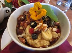 """220 Grad - Rösthaus und Cafe in Salzburg; Breakfast """"Totally Veg"""": millet gruel with maple syrup and (dried) fruit Coffee Shops, Vegan Food, Vegan Recipes, Greek Yoghurt, Dried Fruit, Salzburg, Maple Syrup, Oatmeal, Homemade"""