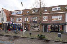 In een populaire en zeer vriendelijke winkelstraat in #Heemstede gelegen #winkel/ woonhuis met grote zonnige tuin op het zuid/oosten. De winkel is in totaal groot ca. 105m² inclusief uitgebouwde werkruimte. Naast de winkel bevindt zich de opgang naar de #bovenwoning. De tuin is ca. 25 meter diep en ca. 6,7 meter breed (totaal ca. 167m²) en bereikbaar via de achter de winkel gelegen werkruimte en via trap vanaf boven gelegen terras..