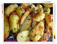 Hozzávalók: 1 kg újburgonya, 5 dkg vaj, 3 ek étolaj, só, 1 nagy csokor petrezselyem levél, Elkészítése: A burgonyát megmosom, vékony héját... Vaj, Potato Salad, Potatoes, Vegetables, Ethnic Recipes, Food, Diet, Potato, Veggies