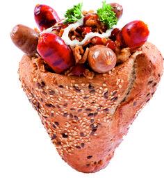 Pirított hagymás, frissen sült kenyértölcsérben, helyben grillezett bajor és magyaros kolbászkákkal