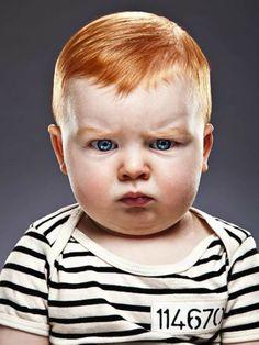niño de rojo furioso