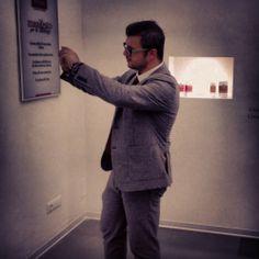 Monalys Firenze si prepara per il servizio fotografico. Il CEO della LS studia l'Art per il servizio fotografico.