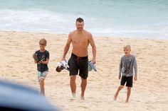 Rodrigo Hilbert curte dia de praia com os filhos no Rio de Janeiro
