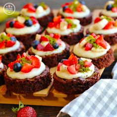 brownie pastries with cream. Delicious brownie pastries with cream.,Delicious brownie pastries with cream. Mini Fruit Tarts, Mini Tart, Cookie Desserts, Cookie Recipes, Light Cheesecake, Sweet Corner, Turkish Recipes, Desert Recipes, Mini Cakes