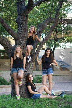 Best friends pictures, click the pic to see more! Friend Senior Pictures, Best Friend Photos, Best Friend Goals, Friend Pictures, Group Pictures, Senior Pics, Pic Pose, Picture Poses, Photo Poses