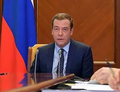 К пенсиям прибавят до 8 400 руб. Медведев подписал указ.
