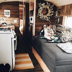 DIY Vintage Camper Makeover – Best Home Decorating Ideas Interior Trailer, Camper Interior Design, Rv Interior, Interior Ideas, Simple Interior, Rv Travel Trailers, Travel Trailer Remodel, Camper Trailers, Airstream Remodel
