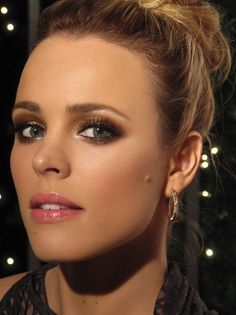Liparazzi: I love Rachel McAdams, she is stunning love the whole look! Chanel Tweed Pink Blush, Shimmering Tweed Highlighter, Fluid Irisdescent Eyeshadows in Delta & Cascade, Quadra Eyeshadow Palette in Dunes