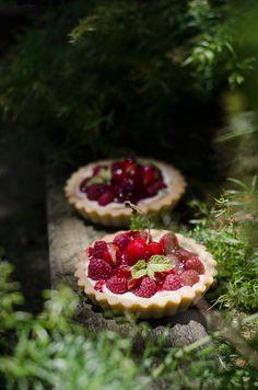 Raspberries and Cherry Tart Zucchini, Cherry Tart, Creative Food, Food Truck, Cake Designs, Just Desserts, Bon Appetit, Food Styling, Raspberry