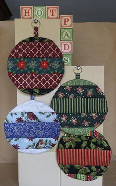 Quilted Christmas Ornaments, Christmas Placemats, Christmas Crafts, Quilted Fabric Ornaments, Fabric Christmas Decorations, Quilted Gifts, Hot Pads, Christmas Sewing Projects, Quilted Potholders