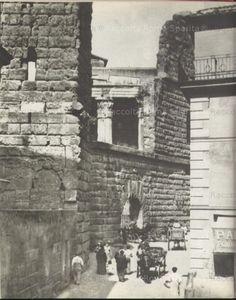Via Tor de' Conti e l'Arco dei Pantani ancora transitabile Anno: 1895