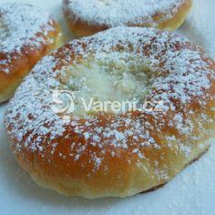 Klasické české koláče stále patří k nejoblíbenějším moučníkům a čerstvé domácí chutnají vždy nejlépe. Bagel, Doughnut, Nutella, Muffins, Sweets, Baking, Healthy, Breads, Decor