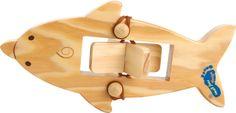 Dieser Spielzeug-Delfin aus Holz ist ziemlich aufgedreht! In der Körpermitte befindet sich nämlich eine Schraube, die per Gummiband aufgespannt wird und den Delfin zum Überflieger macht. Im Wasser losgelassen, schießt dieses Holzboot auch schon los und sorgt damit für einen riesen Badespaß!  ca. 16 x 8 x 2,5 cm