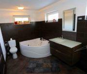 Badezimmer mit Eckbadewanne im familienfreundlichen Landhaus Norddalmatien