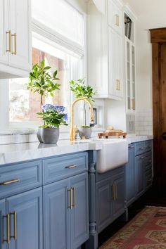 9 Best Tricks: Kitchen Remodel Must Haves Wet Bars farmhouse kitchen remodel ana white.Kitchen Remodel Fixer Upper Spaces kitchen remodel tips oak cabinets.Kitchen Remodel Before And After Dark. Farmhouse Kitchen Cabinets, Kitchen Cabinet Colors, Modern Farmhouse Kitchens, Home Kitchens, Kitchen Dining, Kitchen With Blue Cabinets, Kitchen Wood, Cheap Kitchen, Kitchen Cabinet Decorations